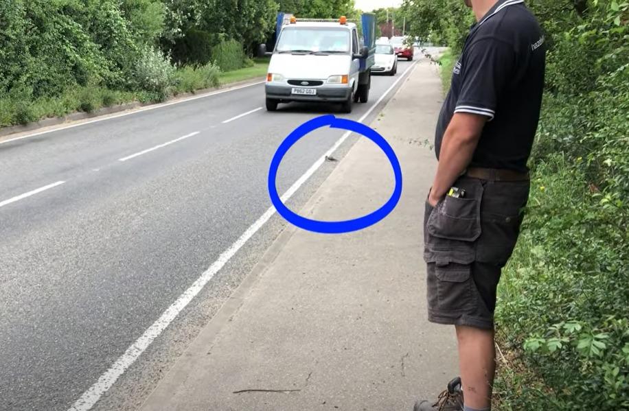 Cuco na Ashingdon Road, a poucos centímetros de colidir com o trânsito