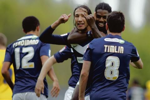 On target - Anthony Grant congratulates Bilel Mohsni on scoring Southend's second goal