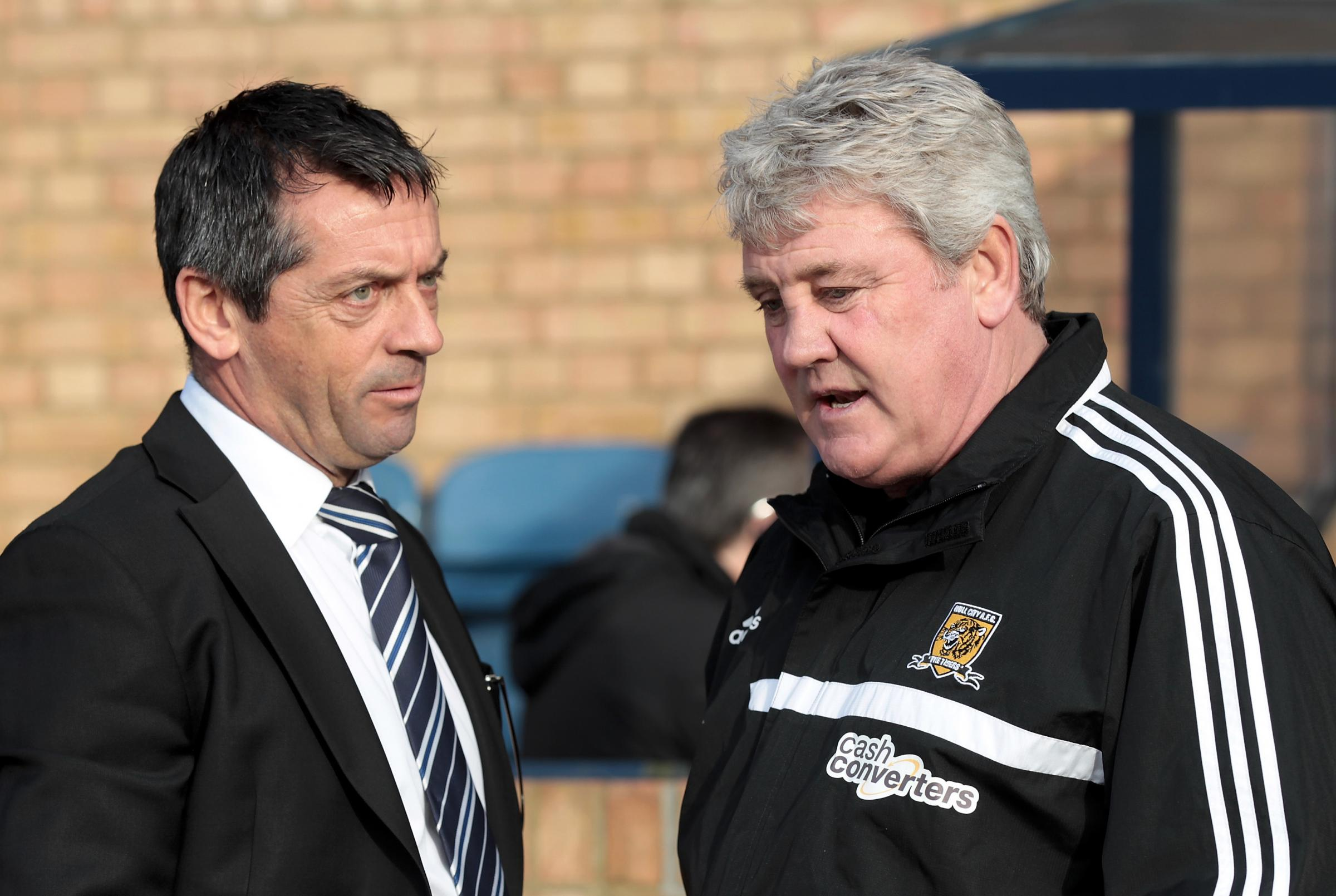 Steve Bruce (right) in talks with Blues boss Phil Brown before the game