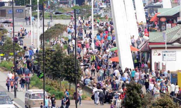 Crowds rush back to Southend-on-sun