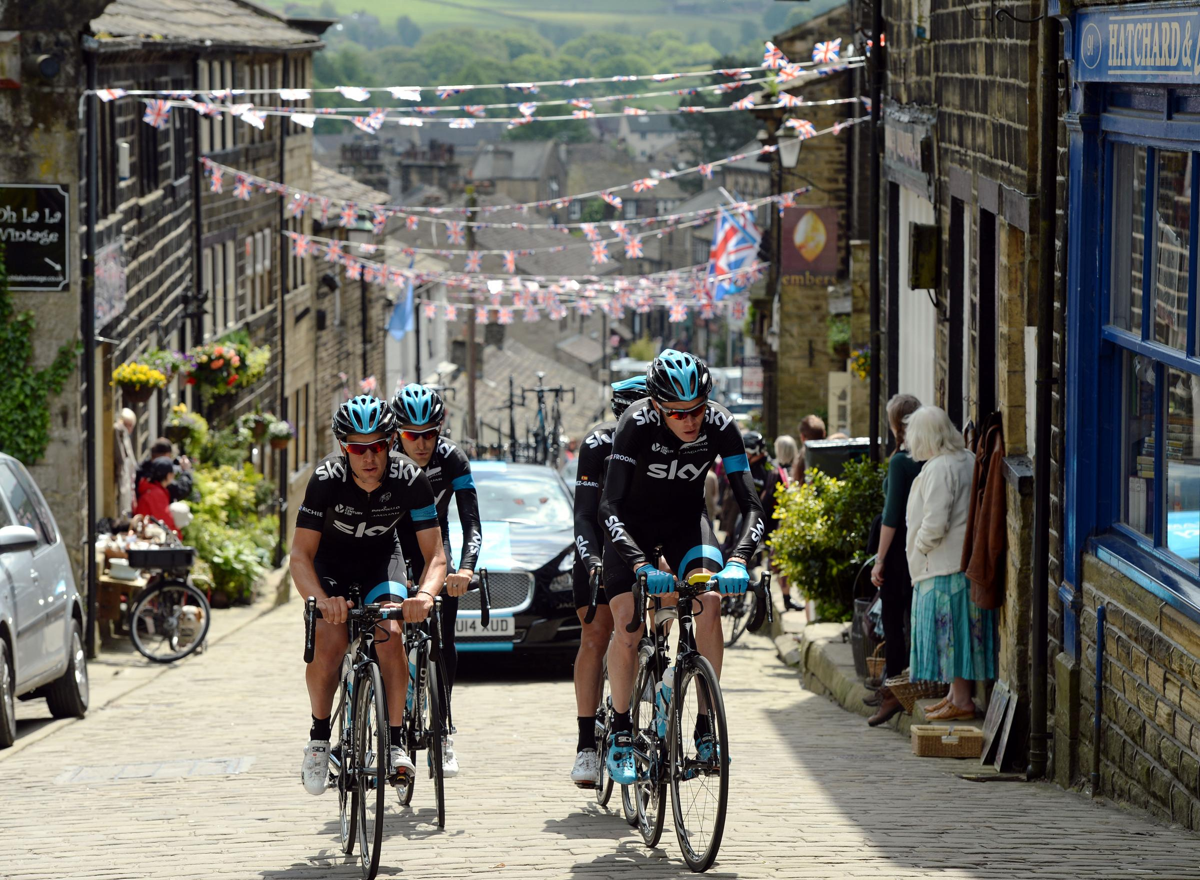 Chris Froome and his Team Sky team-mates give the Tour de Franc