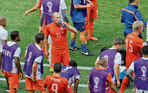Echo: Arjen Robben takes a drinks break