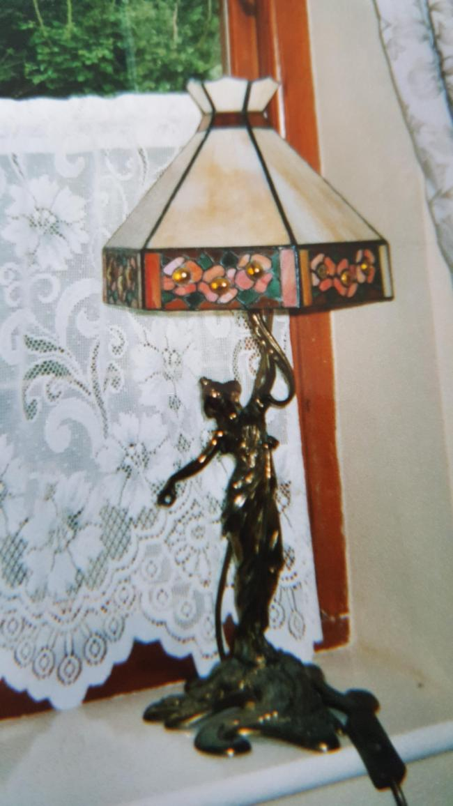 Burglars steal 103-year-old antique lamp from grandparents' home
